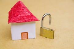 Малая и красивая концепция модели дома хорошего segurity с padlock открывать, средств предохранения от свойства Стоковые Фотографии RF