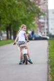 Малая кавказская девушка ехать велосипед в парке Стоковые Фото