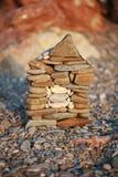 Малая каменная конструкция дома на предпосылке пляжа Стоковые Изображения