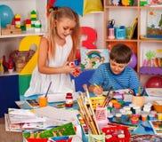 Малая картина девушки студентов в классе художественного училища Стоковое фото RF