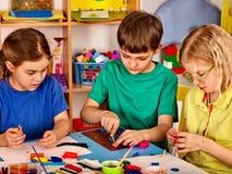 Малая картина девушки студентов в классе художественного училища Стоковые Изображения RF
