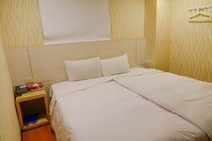 Малая комната кровати на дешевой гостинице Стоковое Изображение