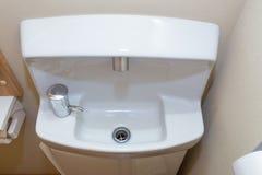 Малая компактная раковина ванной комнаты, японский стиль Стоковые Изображения RF