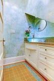 Малая красивая голубая ванная комната, комната порошка с голубой раковиной и белые шкафы. Стоковые Изображения