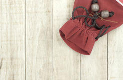 Малая красная сумка на деревянной предпосылке картины Стоковое Изображение RF