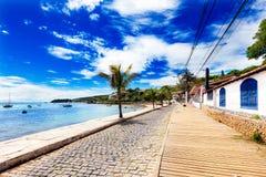 Малая мощенная булыжником улица на взморье в Buzios, Бразилии Стоковая Фотография