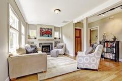 Малая но славная и уютная живущая комната с камином и софой Стоковое Изображение RF