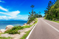 Малая дорога идя гористый на магнитном острове, Австралии Стоковое Фото