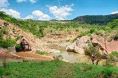 Малая долина с рекой и хатой горы Стоковое Изображение RF