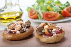 Малая пицца шримса стоковые фото