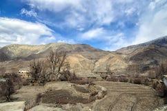 Малая потерянная тибетская деревня высокая в горах Гималаев Стоковая Фотография