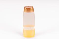 Малая пластичная бутылка пробирки заполнила при желтая жидкость изолированная над белой предпосылкой Стоковое Изображение