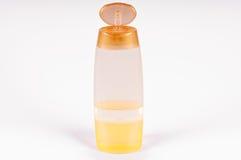 Малая пластичная бутылка пробирки заполнила при желтая жидкость изолированная над белой предпосылкой Стоковые Фотографии RF