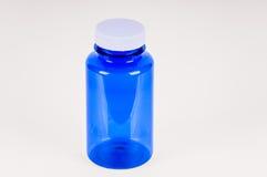 Малая пластичная голубая бутылка пробирки заполнила изолированный над белой предпосылкой Стоковые Изображения
