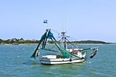 Малая рыбацкая лодка возглавляя вне к морю Стоковое Изображение