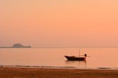 Малая рыбацкая лодка на зоре Стоковые Изображения RF