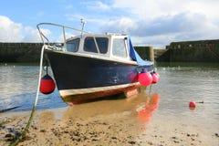 Малая рыбацкая лодка на пляже в гавани Стоковое Фото