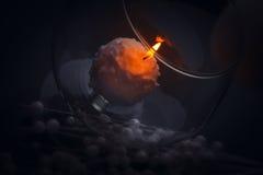 Малая свеча горя в ноче внутри стеклянного кубка Стоковые Фото