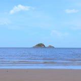 Малая середина острова моря против голубого неба как предпосылка Стоковое Фото