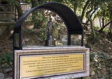 Малая статуя девой марии на доме девственницы стоковые изображения