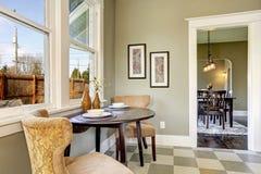 Малая столовая в комнате кухни стоковые изображения rf