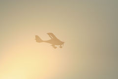 Малая съемка и заход солнца посадки пассажира самолета Стоковое Фото