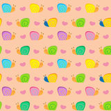 Малая улитка и сердца на векторе розовой предпосылки безшовном делают по образцу иллюстрацию Стоковое Изображение