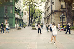 Малая улица города с пешеходами, людьми идя в городскую улицу внутри к центру города, взгляд улицы Китая Стоковое фото RF