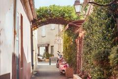 Малая улица на St Tropez, Франции Стоковая Фотография RF