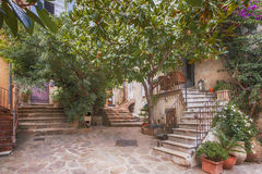 Малая улица на St Tropez, Франции Стоковые Фотографии RF