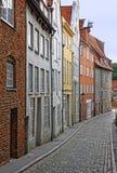 Малая улица с старыми зданиями в Любеке стоковое фото rf