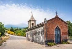 Малая часовня в Сицилии на северной дороге к величественному вулкану e Стоковые Фотографии RF