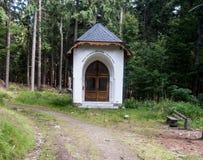 Малая часовня на крестном пути в лесе Стоковое Изображение RF