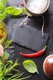 Малая черная бирка, пищевые ингредиенты на стороне стоковые изображения