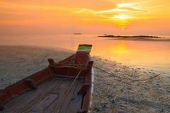 Малая шлюпка fishermans на заходе солнца Стоковое Изображение RF