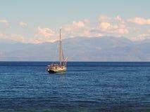 Малая яхта причаленная в заливе Стоковая Фотография