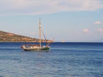 Малая яхта причаленная в заливе Стоковые Фото