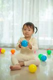 Маленькая азиатская девушка в доме Стоковое Изображение RF
