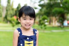 Маленькая азиатская девушка в парке стоковое изображение