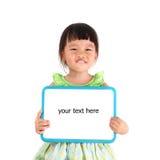 Маленькая азиатская девушка держа whiteboard стоковое фото rf