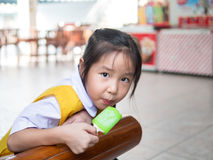 Маленькая азиатская девушка есть мороженое Стоковая Фотография RF