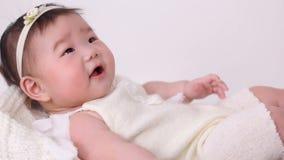 Маленькая азиатская девушка младенец прогулочная коляска шпаргалка в белом костюме видеоматериал