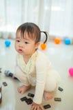 Маленькая азиатская девушка с микрофоном Стоковые Изображения RF