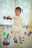 Маленькая азиатская девушка с микрофоном Стоковая Фотография