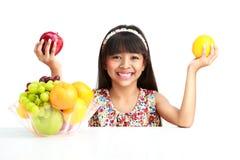 Маленькая азиатская девушка с плодоовощ Стоковые Изображения RF