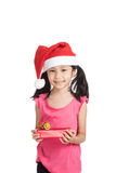 Маленькая азиатская девушка с шляпой и подарочной коробкой santa Стоковые Фото
