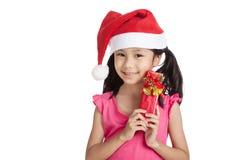 Маленькая азиатская девушка с шляпой и подарочной коробкой santa Стоковая Фотография RF