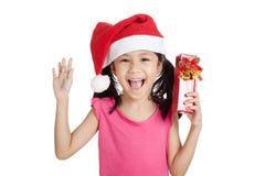 Маленькая азиатская девушка с шляпой и подарочной коробкой santa Стоковое Изображение RF