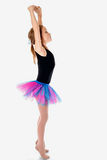 Маленькая балерина в балетной пачке на белой предпосылке студии Стоковые Изображения