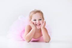 Маленькая балерина в розовой балетной пачке стоковые фотографии rf